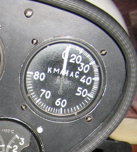 Указатель воздушной скорости (УС).  УС показывает скорость относительно относительного ветра (т.е...